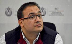 Duarte sentado escuchando las opiniones