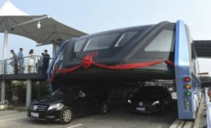 Se estrena autobús elevado futurista