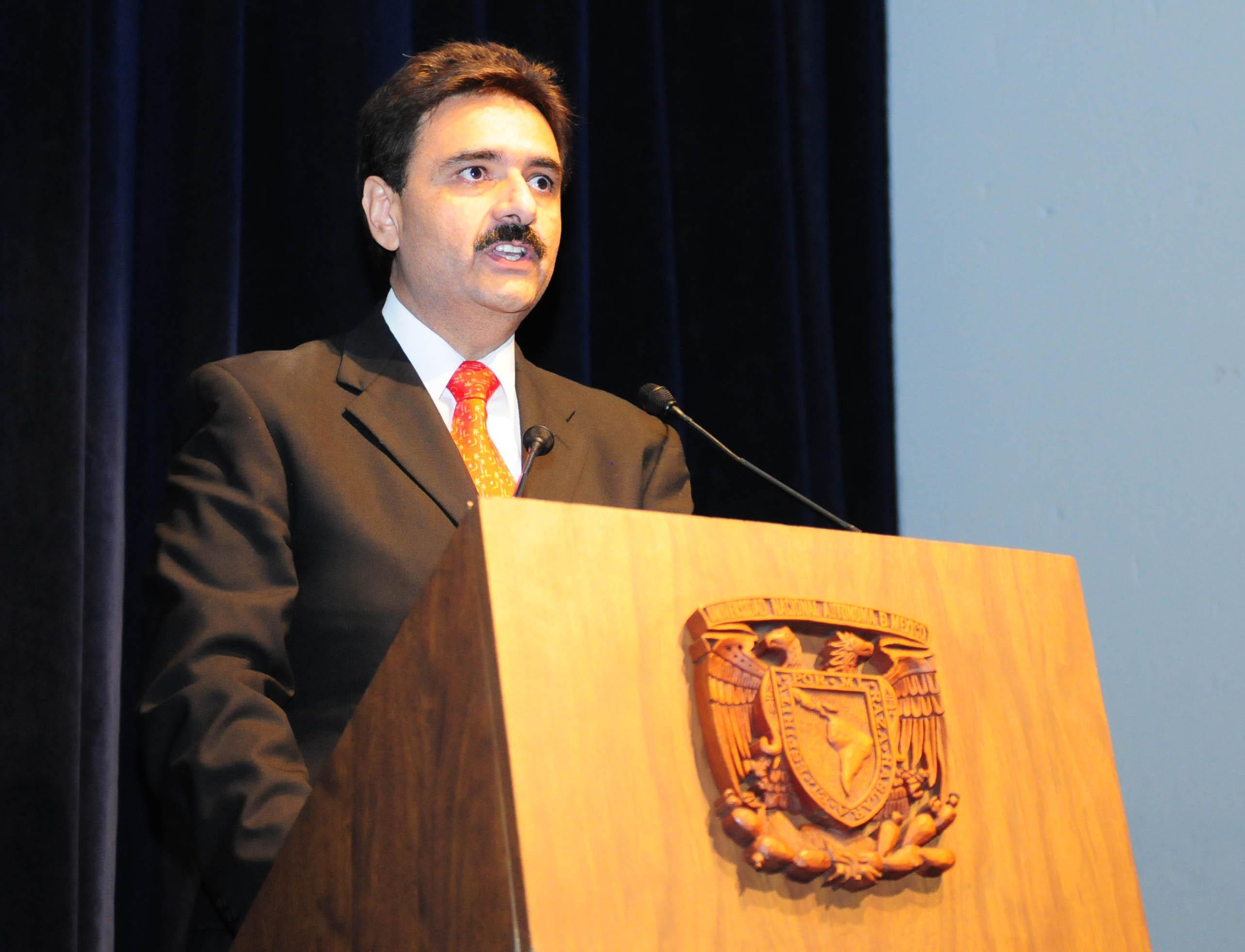 Renuncia director de la FES Aragón por plagio de tesis