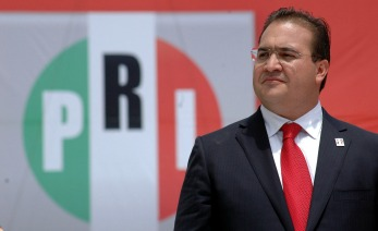 """XALAPA, VERACRUZ, 17ABRIL2010.- Este medio dia Javier Duarte de Ochoa, rindio protesta como candidato a gobernador del estado de Veracruz por el Partido Revolucionario Institucional (PRI),  en el estadio """"Jalapeno"""" de la ciudad de Xalapa.  FOTO: JOSE CANDELARIO/CUARTOSCURO.COM"""