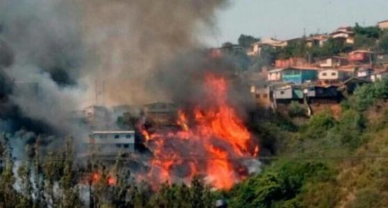 Alerta roja por incontrolable incendio forestal en Valparaíso — Chile