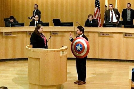 Concejal californiano jura al cargo con el escudo del Capitán América
