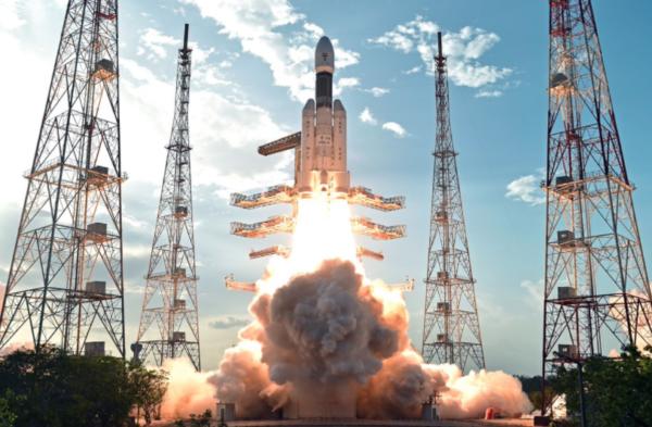 India lanza al espacio satélite con 'mega cohete'