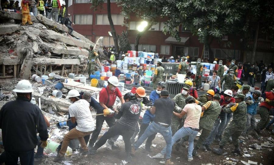 México busca rescatar sobrevivientes tras el devastador terremoto de 7.1 grados.