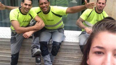 Chica se toma selfies con los hombres que la acosan