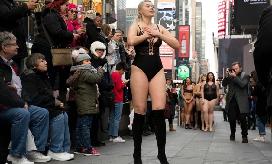 """El Times Square en Nueva York tuvo una manifestación fuera de lo común, un grupo de mujeres, conocidas como """"antiángeles"""" desfilan en contra de los estereotipos de Victoria's Secret, en este lugar emblemático de la ciudad."""