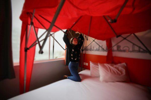 No hay peor habitación para San Valentín, la pareja la tiene que construir easyhotel-valentines-6-600x400