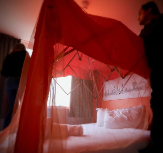 No hay peor habitación para San Valentín, la pareja la tiene que construir easyhotel-valentines-8-533x500