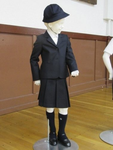 Escuela pública exige a sus alumnos uniformes Armani de miles de pesos uniformes-armani-3-378x500