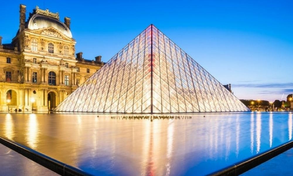 La pirámide de Louvre cumple 30 años, una obra llena de historia,  admiración y polémica