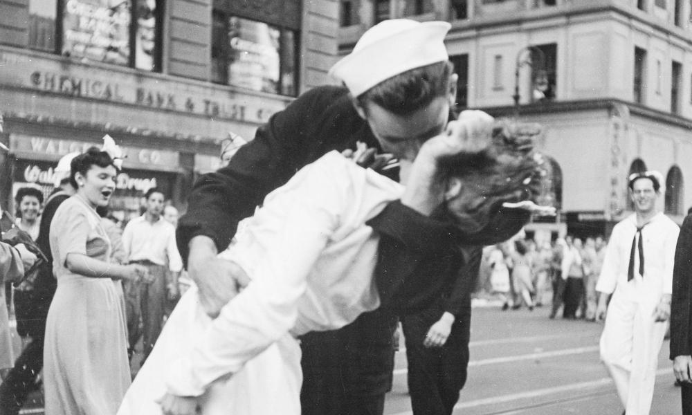 fotografía del beso del Día de la Victoria