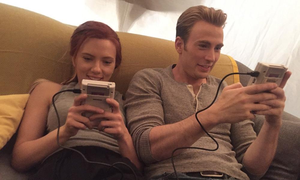 Scarlett Johansson y Chris Evans juegan con un Game Boy