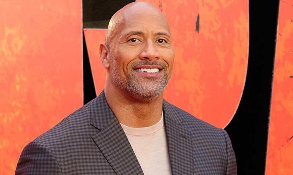 Imagen revelaría que 'The Rock' protagonizaría remake de un clásico de los 90 'The Rock' en Last Action Hero Uno de los actores que se ha vuelto una mina de oro para Hollywood ha sido Dwayne Johnson, pues las cintas donde ha aparecido se han vuelto un éxito total en taquilla, no por nada es de los mejores pagados de la historia, tanto así que se ha involucrado en gran número de cintas, pero ¿Estará 'The Rock' en 'Last Action Hero'? Dwayne 'The Rock' Johnson inició su Carrera cinematográfica en 2001 con 'The Mummy Returns' después de una exitosa carrera en la WWE y poco a poco ha estado escalando en su carrera, actualmente está al frente de la franquicia de 'Fast And Furious' y 'Jumanji', donde ha encontrado una mancuerna con Kevin Hart, con quien ha protagonizado varias cintas. En un nuevo diseño de Bosslogic vemos a 'The Rock' en 'Last Action Hero', esta cinta de 1993 protagonizada por Arnold Schwarzenegger, donde es un héroe de acción que sale de la pantalla grnde para evitar que su mayor enemigo domine este mundo. En esta imagen podemos ver también a Kevin Hart, quien se ve como Danny Madigan, quien es interpretado por Austin O'Brien en esta cinta se que volvió en todo un clásico de los 90, justo cuando Schwarzenegger estaba en su mejor momento después de protagonizar la cinta 'Terminator: Judgment Day' junto a Linda Hamilton. Actualmente 'The Rock' está por estrenar la nueva cinta de 'Jumanji: The Next Level', tercera parte de esta franquicia que inició en 1995 con Robin Williams, pero ahora con Karen Gillan, Jack Black, Nick Jonas y por supuesto, Kevin Hart. ¿Será que estará buscando hacer este reboot?