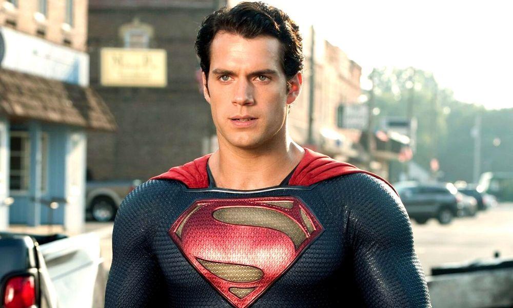 Superman con sus padres Kryptonianos en la tierra